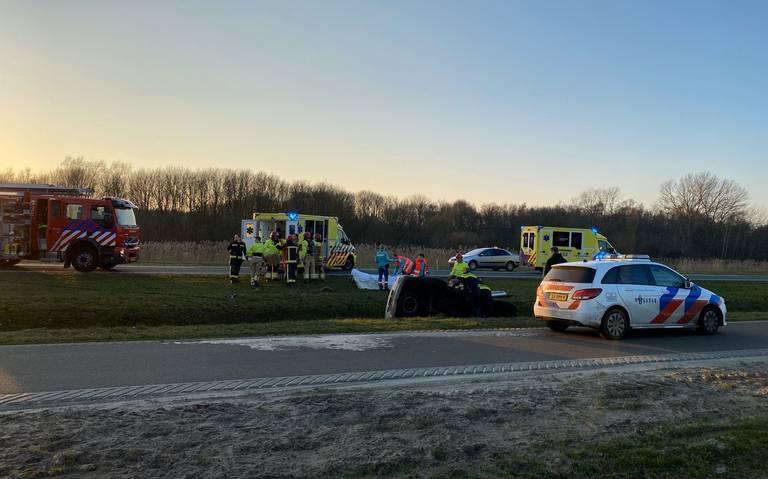 Twee gewonden bij botsing in Onstwedde, een auto eindigt in de sloot.