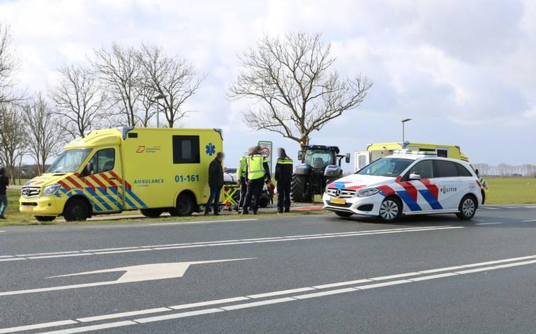 Wielrenner gewond na botsing met tractor op de Friesestraatweg in Aduard.