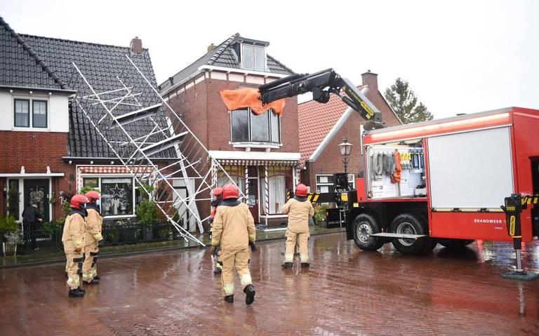 Omgewaaide bomen, takken op de weg en auto-ongelukken: schade door storm Bella in Drenthe en Groningen.