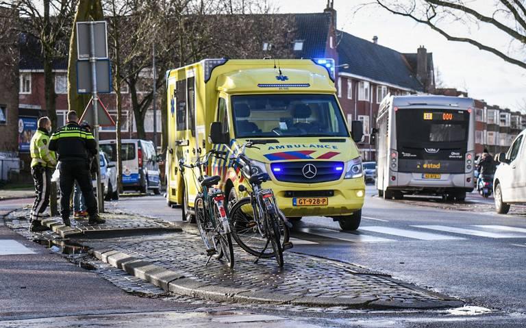 Fietsster gewond na botsing met bus in Groningen.
