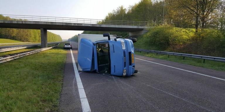 A28 bij Beilen weer vrij na ongeluk gekantelde vrachtwagen.