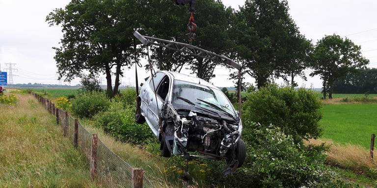 Automobilist gewond na botsing met vrachtwagen op A37.