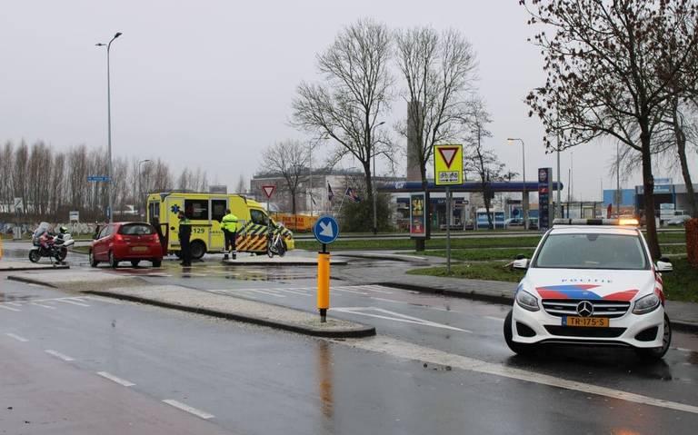 Fietser naar ziekenhuis na aanrijding op fietsoversteekplaats in Groningen.