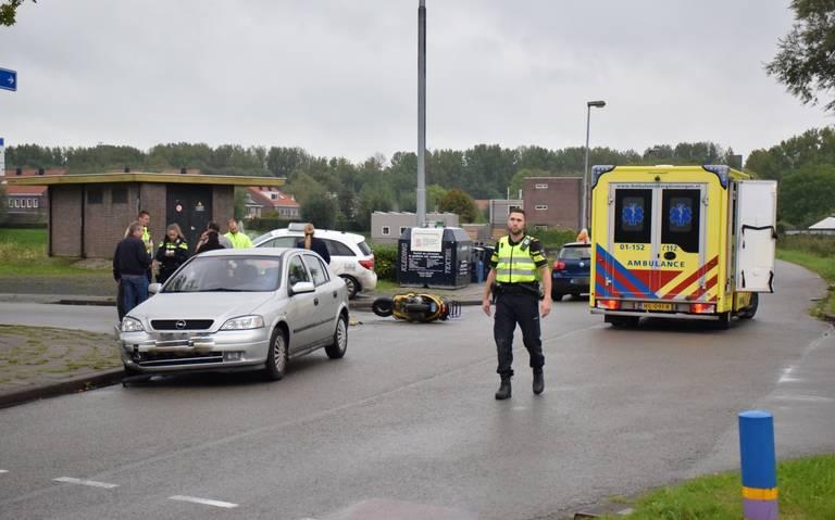 Scooterrijder gewond na botsing met auto.