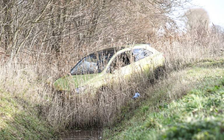 Auto belandt in de sloot bij eenzijdig ongeval bij Aduard.