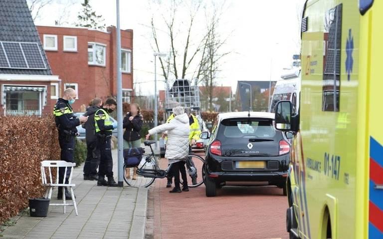 Fietser naar ziekenhuis na aanrijding met auto in Leek.