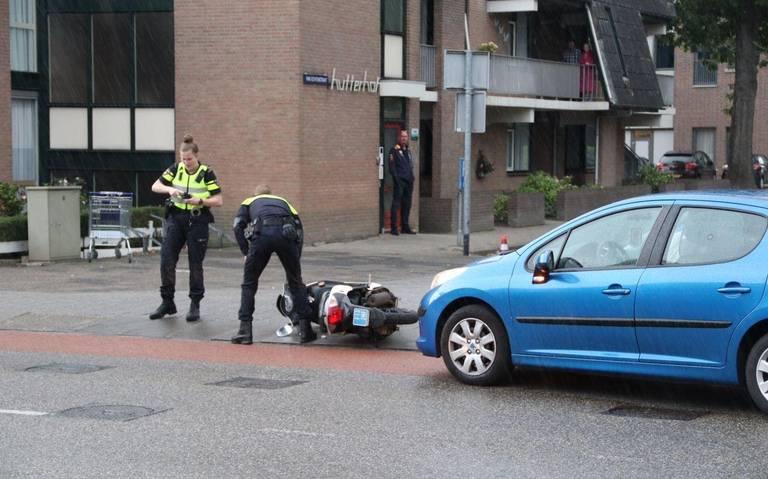 Scooterrijder moet naar het ziekenhuis na aanrijding door automobilist in Hoogeveen.