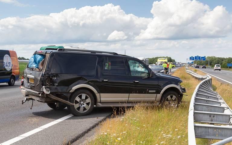 Ravage op A37 bij knooppunt Hoogeveen na ongeval. Rijbanen richting Emmen tijdelijk dicht, verkeer rijdt over de vluchtstrook.