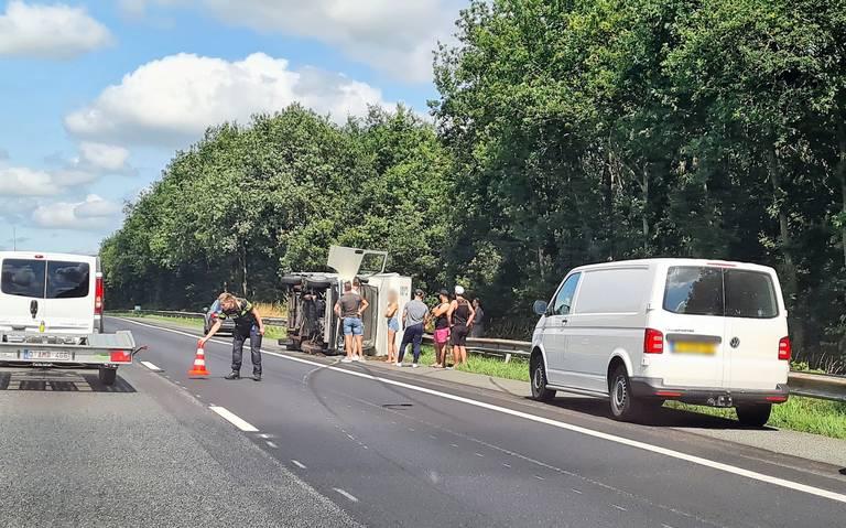 File op de A28 tussen Assen en Tynaarlo richting Groningen door gekantelde camper. Niemand raakt gewond.