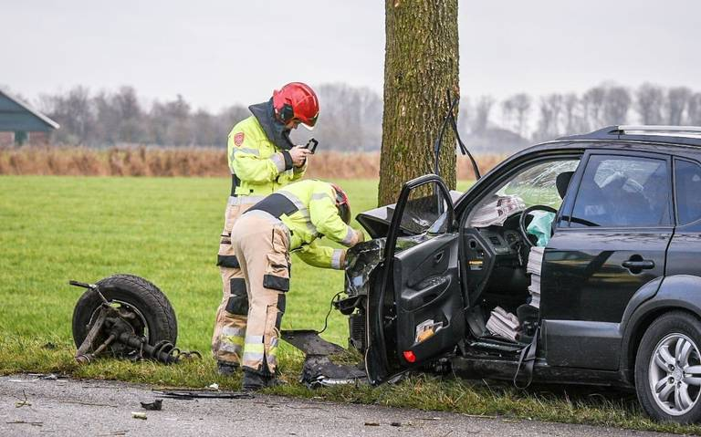 Auto ramt boom na aanrijding op Aagtsweg tussen Wehe-den Hoorn en Eenrum.