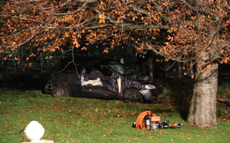 Auto beland in tuin na ongeluk op de Nieuweweg in beerta, bestuurder nergens te bekennen.