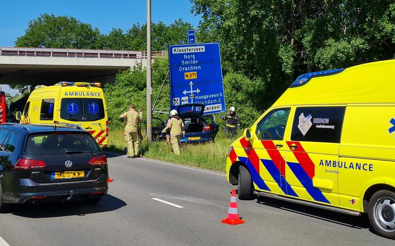 Kop-staartbotsing in Assen: automobilist knalt vervolgens tegen verkeersbord.