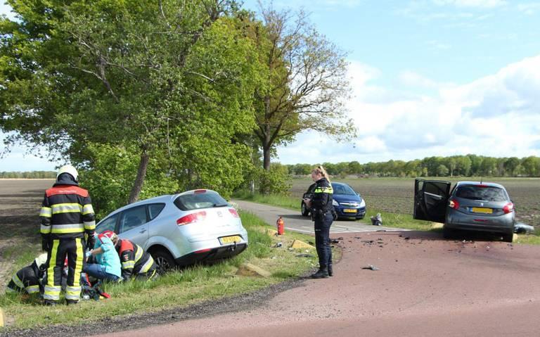 Auto belandt met neus in sloot na aanrijding op kruising in Opende.