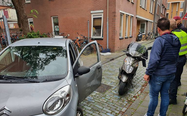 Scooterrijder naar ziekenhuis na aanrijding met auto in Folkingedwarsstraat in Groningen.