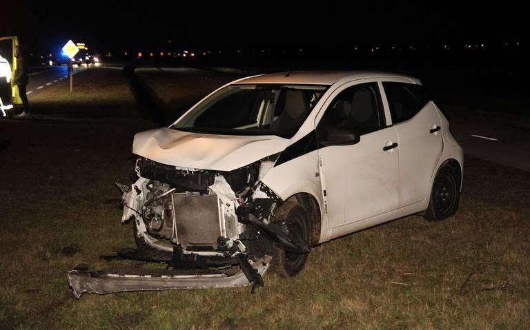 Auto belandt in sloot na botsing op de Mondenweg in Valthermond: beide voertuigen zwaar beschadigd, niemand gewond.