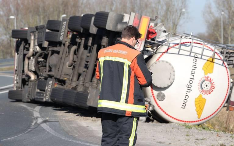 Tankwagen met gevaarlijke stof gekanteld in Groningen.