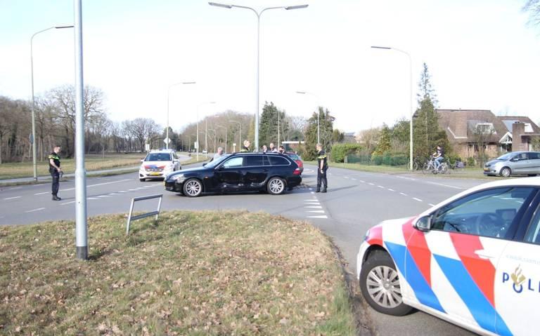 Twee autos zwaar beschadigd bij botsing op kruising Brinkenweg met Nieuw Amsterdamsestraat in Emmen.