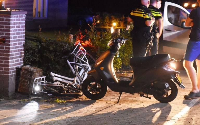 Fiets in drie stukken na ongeval met scooter in Klazienaveen.