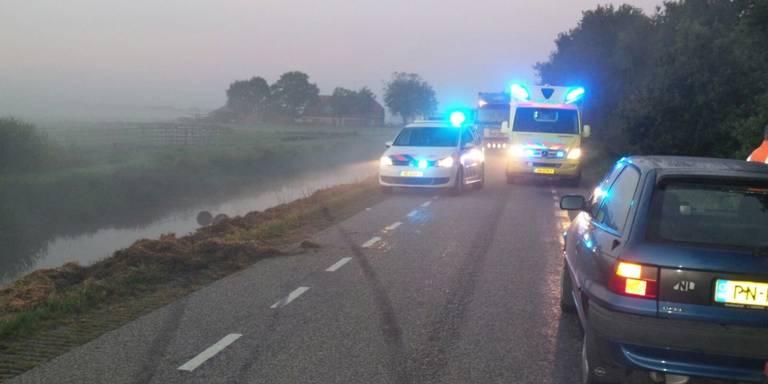 Auto te water na aanrijding met ree in Nieuw-Balinge.