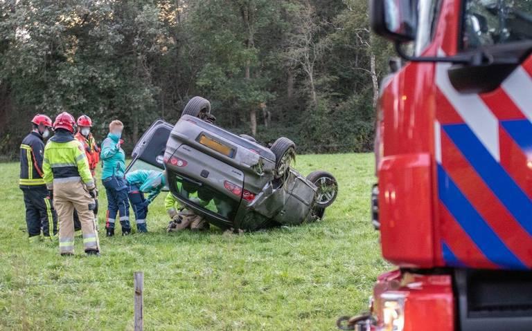 Auto einidgt ondersteboven in weiland bij ongeluk in Opende.