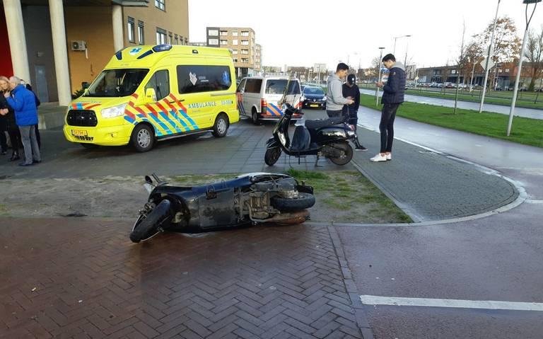 Eén gewonde bij botsing tussen twee scooterrijders in Assen.
