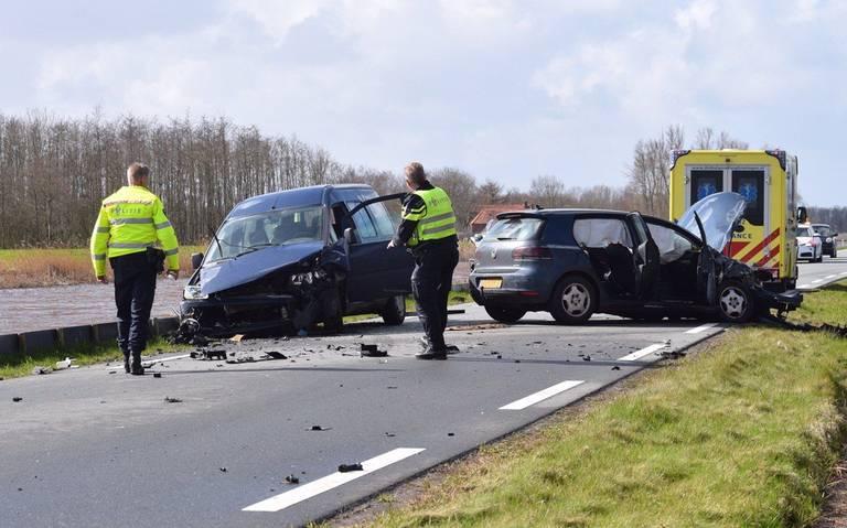 Drie autos botsen bij zware aanrijding Slochterdiep.