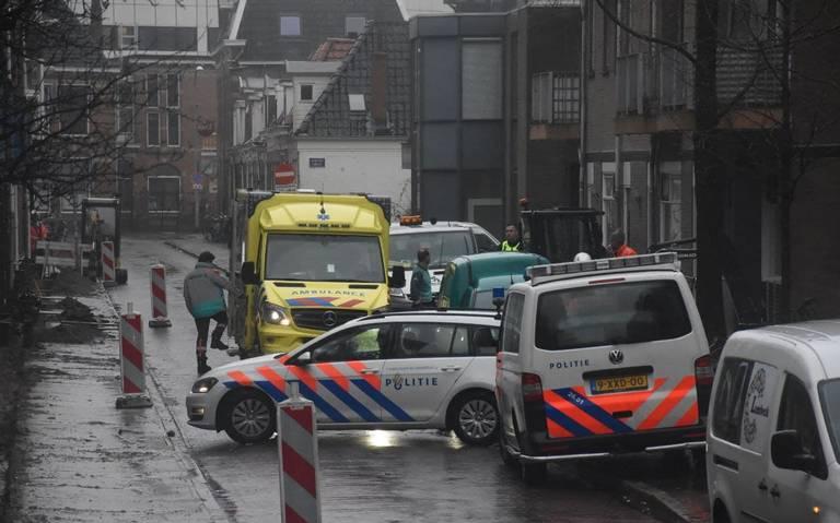 Scooterrijder gewond na botsing met graafmachine in Groningen.