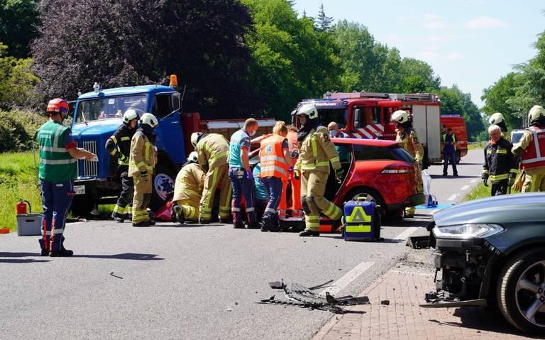 Twee personenautos en een vrachtwagen betrokken bij verkeersongeluk op de N919 nabij Veenhuizen.