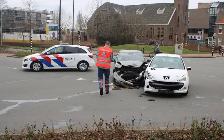 Automobilist gewond bij botsing op kruising in Emmen.