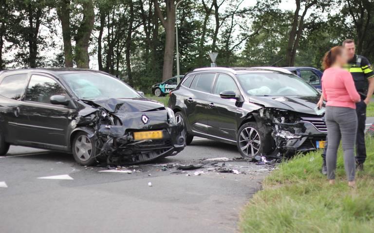 Autos zwaar beschadigd bij aanrijding in Emmen.