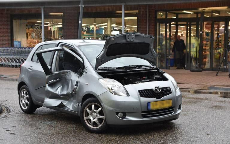 Twee gewonden na botsing met vrachtwagen op parkeerplaats in Beilen.