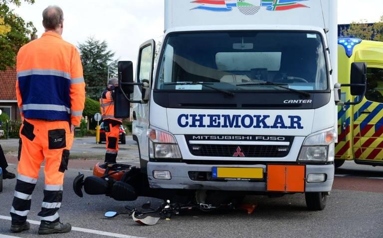 Snorfietser raakt gewond bij aanrijding met kleine vrachtwagen in Appingedam.