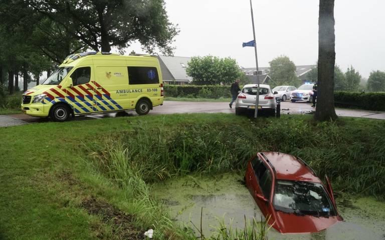 Auto belandt in sloot bij botsing in Zevenhuizen.