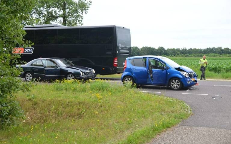 Veel schade en oponthoud door botsing tussen drie autos in Bunne.