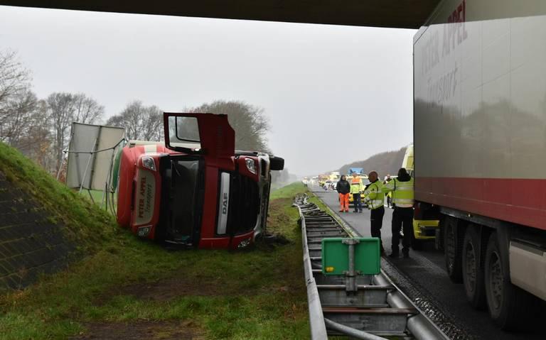 Vrachtwagen gekanteld op A28 bij De Wijk.