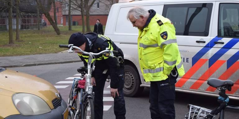Meisje op fiets gewond na botsing met bedrijfswagen in Ommen.