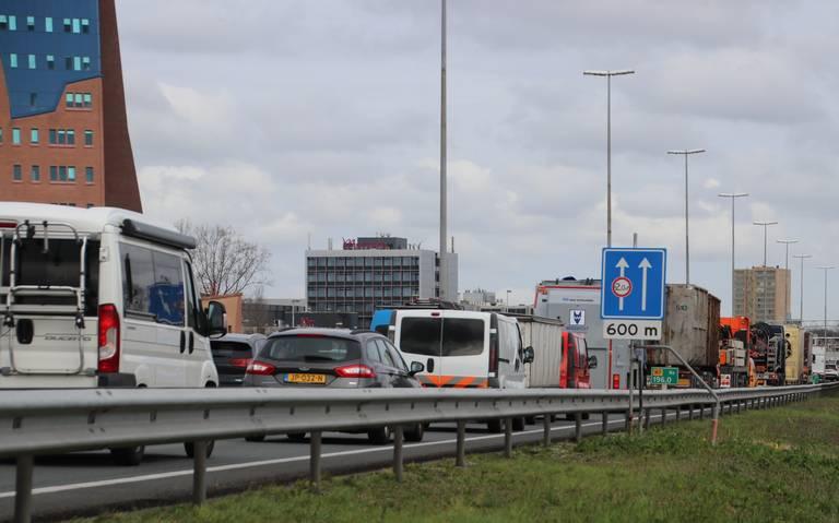Kop-staartbotsing zorgt voor file op N7 tussen Hoogkerk en Groningen.