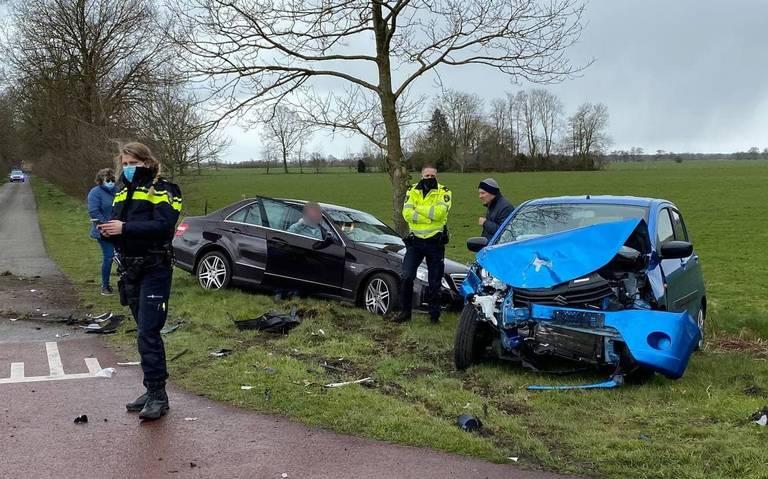 Autos zwaar beschadigd na ongeluk op kruispunt in Lucaswolde.