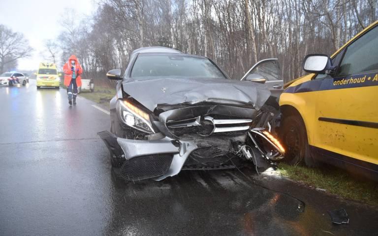 Frontale botsing tussen twee auto's in Emmen.