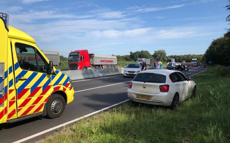 Forse schade bij botsing op N366 bij Veendam; weg afgesloten.