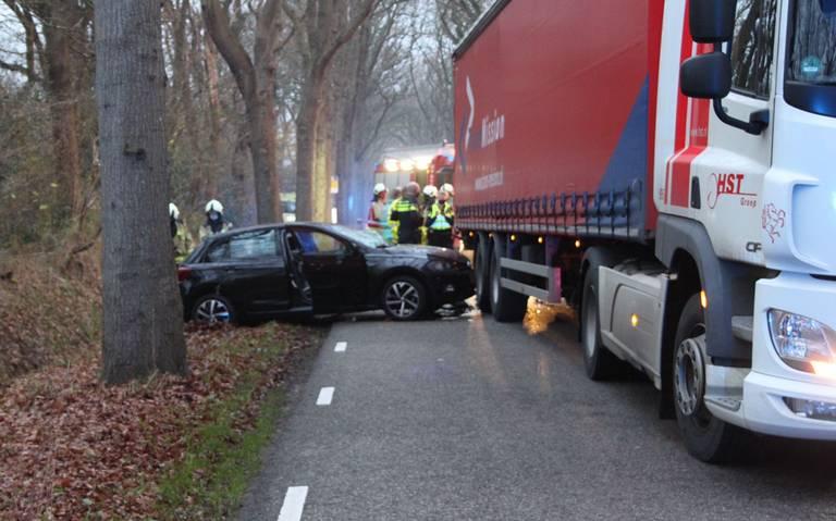 Auto en vrachtwagen komen in botsing op de Lonerstraat in Assen.