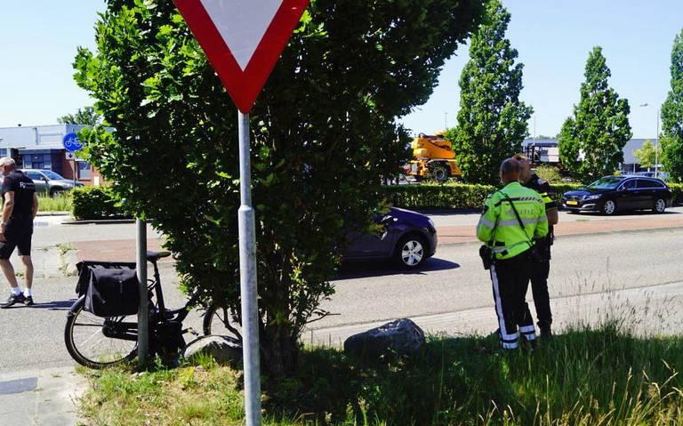 Fietser naar ziekenhuis na aanrijding op fietoversteekplaats in Leek.