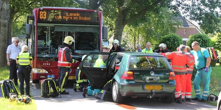 Frontale botsing bus en auto in Zeijen.
