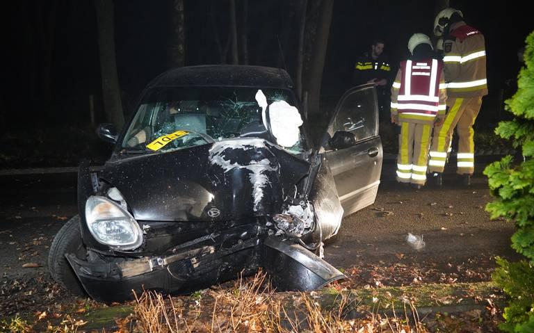Hoogeveners gewond na botsing tegen boom in Dedemsvaart.