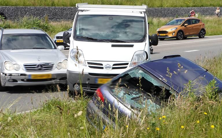 Drie personen meegenomen naar het politiebureau na ongeval met meerdere autos op de Professor Prakkeweg in Assen.