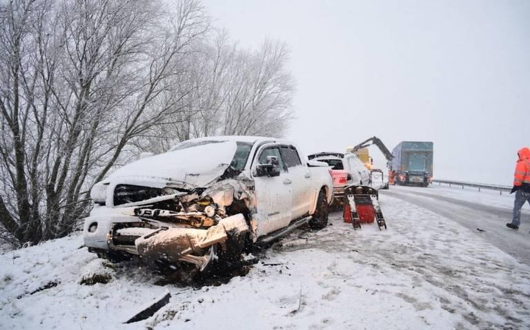Gladde wegen door sneeuw in Groningen. N33 tussen Appingedam en Delfzijl dicht na ongeluk.