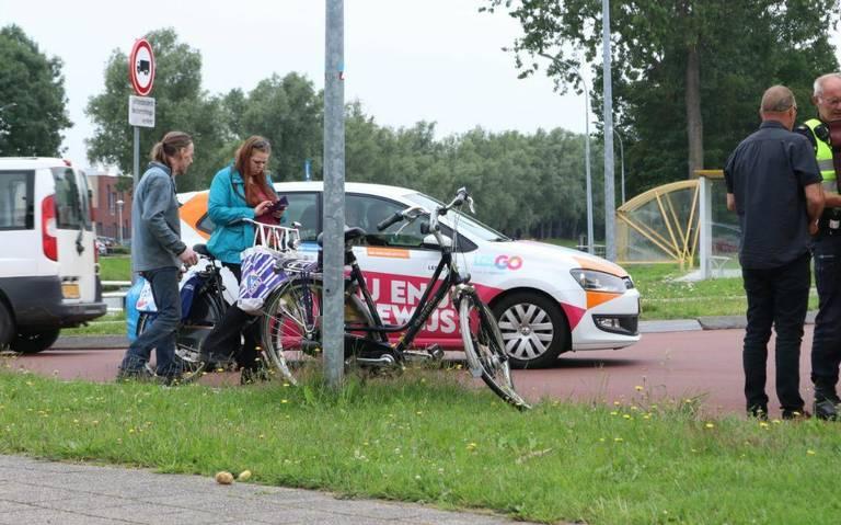 Fietser gewond bij aanrijding met auto in op recent heringerichte kruising in Scheemda.
