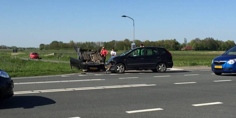 Auto belandt in sloot bij ongeluk in Oldenzaal.