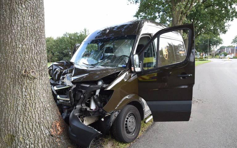 Pakketbezorger gewond na botsing tegen boom in Valthe.