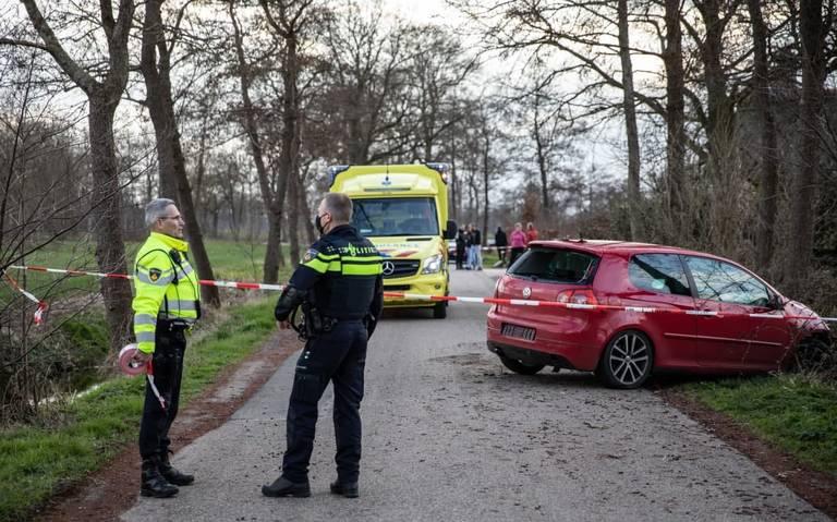 Auto ramt boom na aanrijding in Doezum; bestuurder gewond. Andere auto rijdt weg.